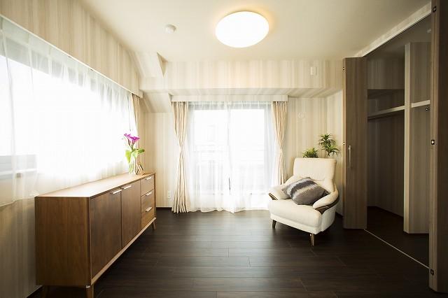 たっぷりの収納スペースのある明るい洋室