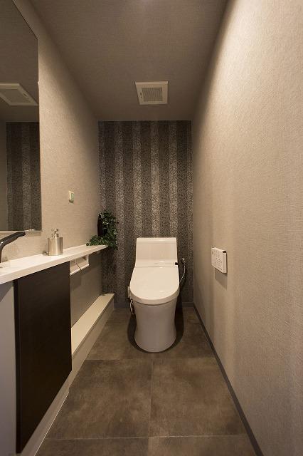 ウォシュレット付トイレ、吊り棚、手洗い付