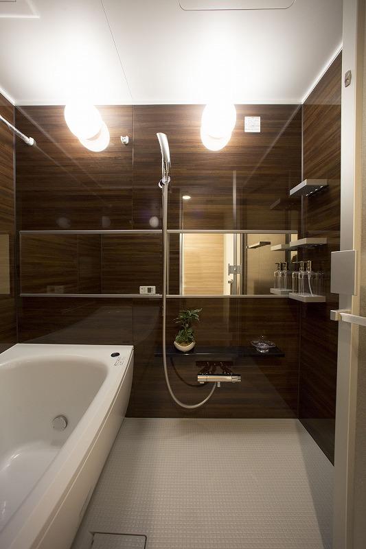 お子様と一緒にバスタイムを楽しめる広々浴室