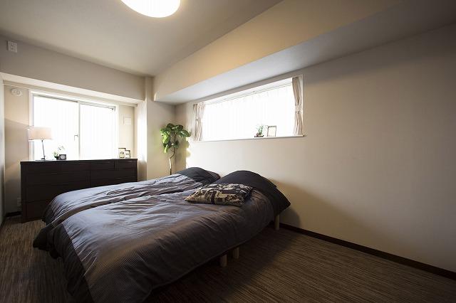 たっぷりの陽光に包まれる明るい主寝室