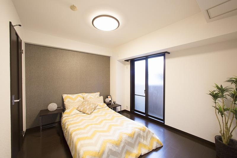 収納便利なウォークインクロゼットを備えた主寝室