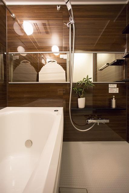 一日の疲れを癒すゆったり浴室