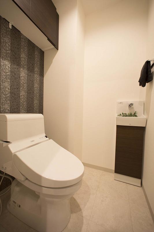 ウォシュレット付トイレ、手洗い器付、吊り棚付!