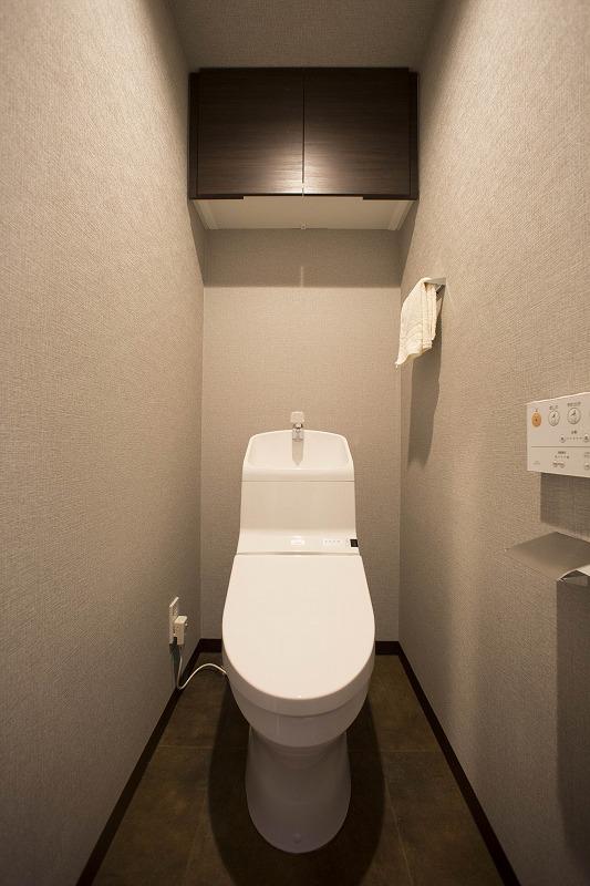 ウォシュレット付トイレ、吊り棚付